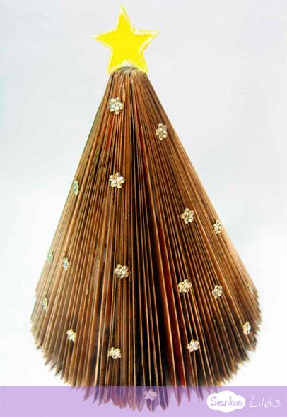 Árvore de Natal com revistas